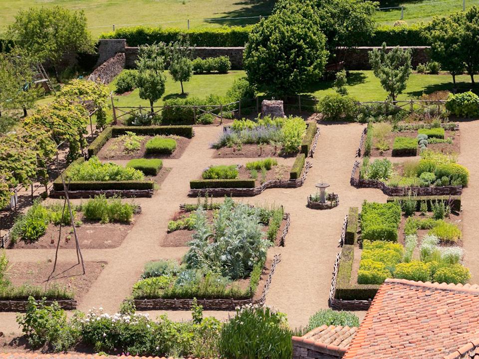 Vous aimez joindre l'utile à l'agréable ? Vous aimerez la simplicité du jardin de curé ou jardin médiéval